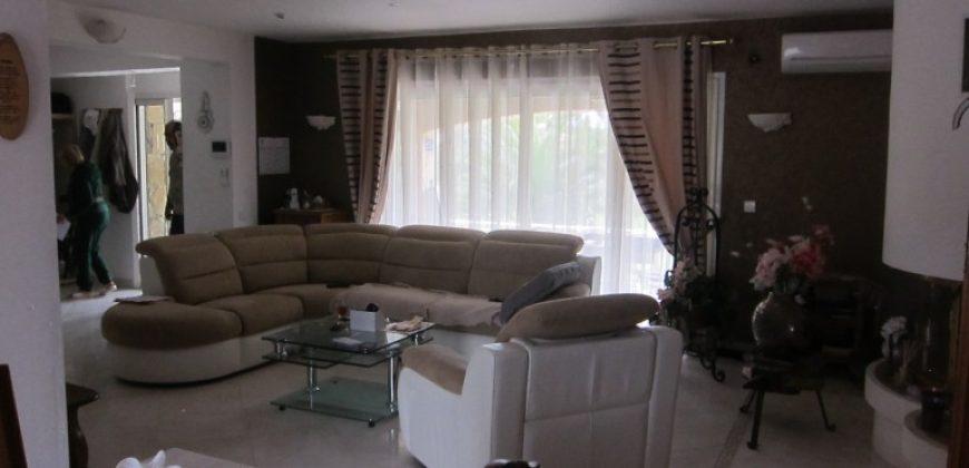 Bagnols En Foret, Villa 350 M² Avec Piscine